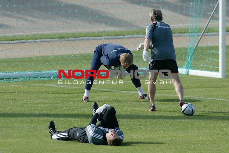 Europameisterschaft 2004 Portugal<br /> <br /> Training Deutschland <br /> <br /> Torwarttraining: Oliver Kahn mit Seppe Maier, am Boden Jens Lehmann <br /> <br /> Foto &copy; nordphoto<br /> <br /> <br /> <br /> <br /> <br /> <br /> <br />  *** Local Caption *** Foto ist honorarpflichtig! zzgl. gesetzl. MwSt.<br /> <br />  Belegexemplar erforderlich<br /> <br /> Adresse: nordphoto<br /> <br /> Georg-Reinke-Strasse 1<br /> <br /> 49377 Vechta<br /> <br /> Telefon: 04441-89400 / Fax: 04441-894022