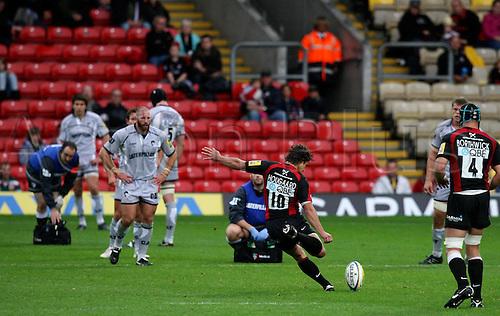 03.10.2010 Aviva Premiership Rugby Saracens v Leicester Tiger..Derick Hougaard kicking a penalty