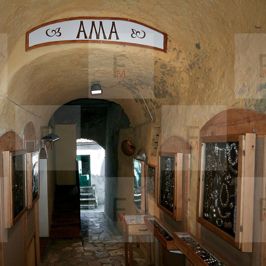 Negozio d'articoli da regalo a Capoliveri, antico borgo dell'Isola d'Elba..A gift store in Capoliveri, an ancient village on Elba Island