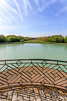 France, Indre-et-Loire (37), Amboise, la pagode de Chanteloup, vu depuis les niveaux supérieurs sur le plan d'eau et l'ancien grand canal
