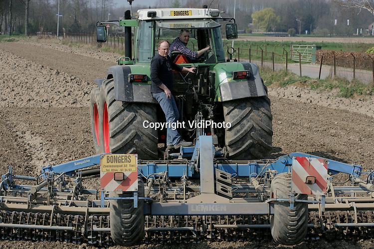 Foto: VidiPhoto..TIEL - De neven Bongers van het gelijknamige loon- en akkerbouwbedrijf in Tiel.