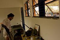 Betim_MG, Brasil...Apresentacao do espetaculo Bilu e Corisco (Grupo Armatrux), criacao e atuacao de Eduardo Machado, na Escola Municipal Sebastiana Diniz Mattos Cardoso.      ..The spectacle presentation Bilu e Corisco (Armatrux group), by Eduardo Machado, in the Municipal School Sebastiana  Diniz Mattos Cardoso.      .   .Foto: LEO DRUMOND /  NITRO