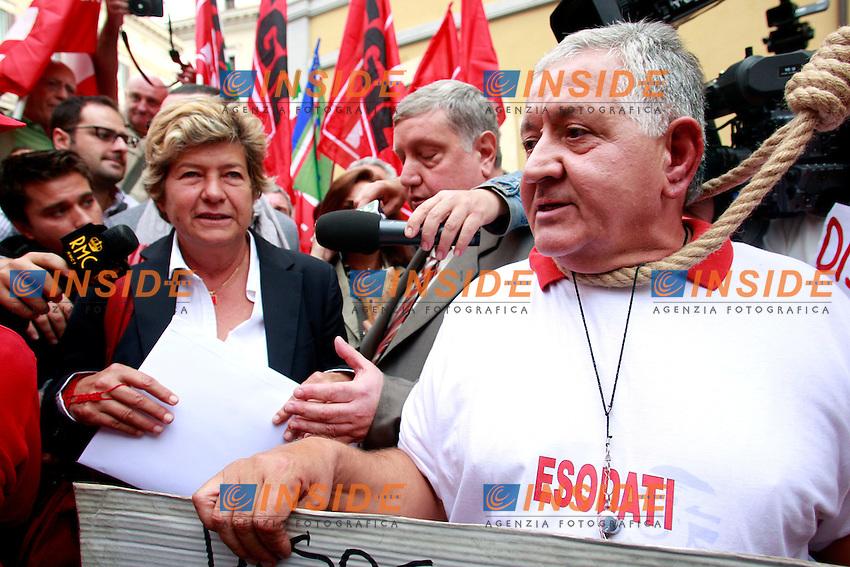 Susanna Camusso parla con un esodato cola cappio al collo.Roma 9/10/2012 Manifestazione degli esodati in Piazza Montecitorio..Photo Samantha Zucchi Insidefoto
