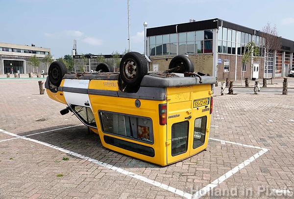 Nederland - Amsterdam - 2018.    Amsterdam Noord. Auto ligt ondersteboven, keurig in het parkeervak.   Foto Berlinda van Dam / Hollandse Hoogte.