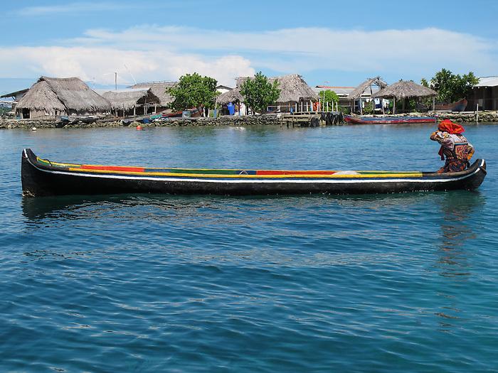 Ind&iacute;genas guna / comarca de Guna Yala, Panam&aacute;.<br /> <br /> Ind&iacute;gena remando en canoa.