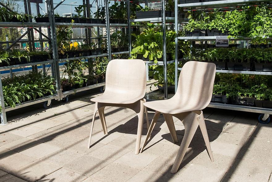 Nederland, Utrecht, 20180419<br /> The Green House, een duurzaam restaurant in Utrecht. Alle gebruikte materialen zijn gerecycled en op de bovenverdieping is een kas waar sla en kruiden worden geteeld. Dat scheelt een grote koeling en de klant krijgt iets dat heel erg vers is.<br /> Stoelen van geperst papier.<br /> <br />  Foto: (c) Michiel Wijnbergh