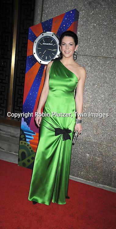 Lauren Graham in emerald green Carolina Herrera dress