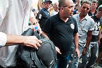 SÃO PAULO-SP-01,11,2014-ATO CONTRA DILMA -Manifestante a favor da militarização foi agredido por manifestantes durantre o ato/Ato público contra a reeleição da Presidente Dilma Rousseff.Contou com mais de mil manifestantes.Local:MASP -Avenida Paulista,região centro sul da cidade de São Paulo,na tarde desse sábado,01(Foto:Kevin David/Brazil Photo Press)
