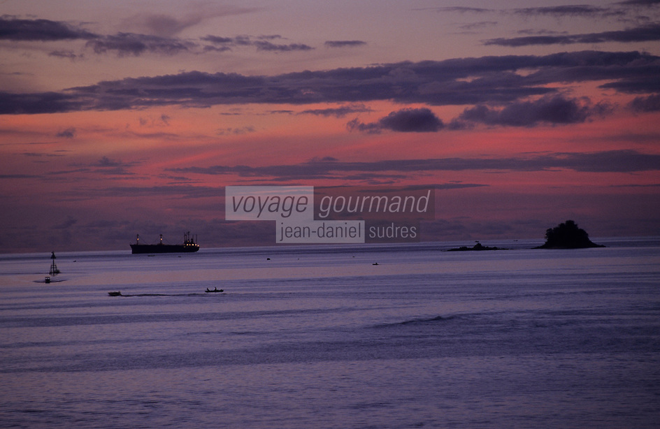 Asie/Malaisie/Bornéo/Sabah/Kota Kinabalu: Le port au soleil couchant
