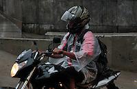 SAO PAULO, SP, 11 DE FEVEREIRO 2012 - CLIMA TEMPO - Motociclista enfrenta chuva na região da Av. Paulista, na tarde deste sábado, 11. (FOTO: VANESSA CARVALHO - NEWS FREE).