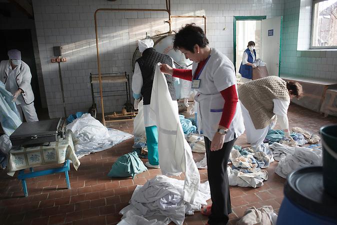 Gro&szlig;waschtag in der W&auml;scherei des Krankenhaus.<br />Bettw&auml;sche, Verb&auml;nde, Handt&uuml;cher, alles muss gr&uuml;ndlich<br />desinfiziert werden. Es gibt nicht gen&uuml;gend Bettw&auml;sche, die<br />meisten Patientin bringen Bettw&auml;sche, falls sie welche besitzen,<br />von zu Hause mit. // Moldova is still the poorest country of Europe. Hopes to join the European Union are high. After progress in the past years tuberculosis is on the rise again. The number of new patients raise since 2010 and is on a level that has not been reached since the late 90s.