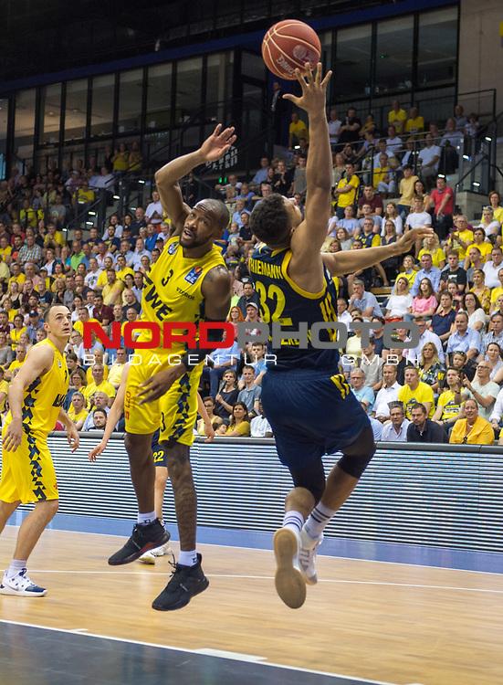 """02.06.2019, EWE Arena, Oldenburg, GER, easy Credit-BBL, Playoffs, HF Spiel 1, EWE Baskets Oldenburg vs ALBA Berlin, im Bild<br /> William""""Will"""" CUMMINGS (EWE Baskets Oldenburg #3 ) Johannes TIEMANN (ALBA Berlin #32 )<br /> <br /> Foto © nordphoto / Rojahn"""