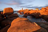 France, Brittany, Département Côtes-d'Armor, near Ploumanac'h: Lighthouse at sunset on the Pink Granite Coast | Frankreich, Bretagne, Département Côtes-d'Armor, bei Ploumanac'h: Leuchtturm bei Sonnenuntergang an der bretonischen Nordkueste, auch Côte de Granit Rose genannt