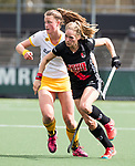 AMSTELVEEN - Hockey - Hoofdklasse competitie dames. AMSTERDAM-DEN BOSCH (3-1) Kitty van Male (A'dam) in duel met Rosa Fernig (Den Bosch)  COPYRIGHT KOEN SUYK