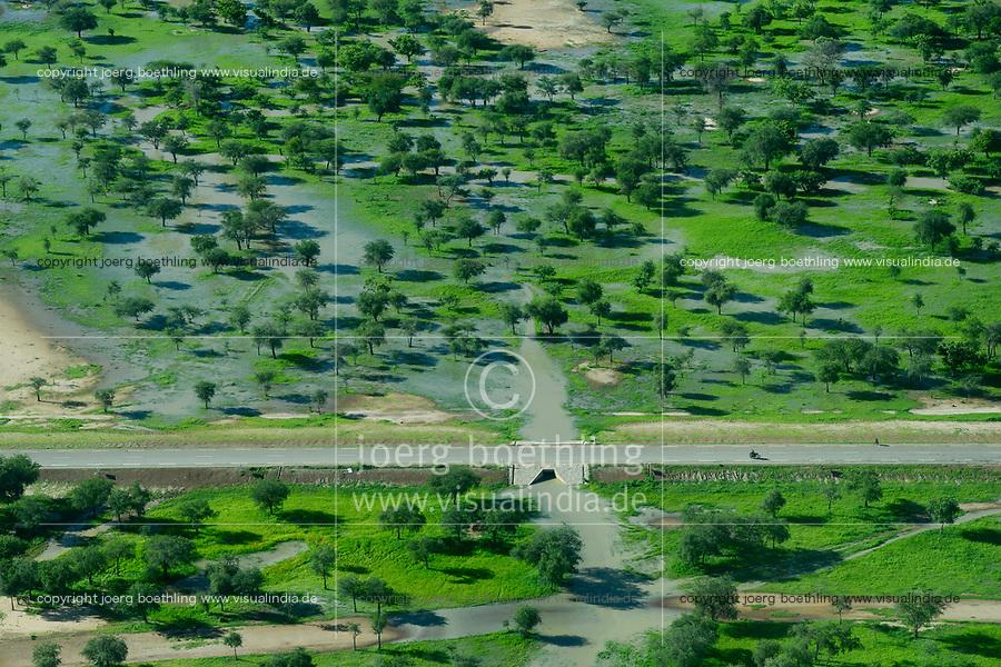 CHAD, Guéra,  aerial view  of river and pasture during raining season / TSCHAD , Luftaufnahme waehrend der Regenzeit, gruene Weiden