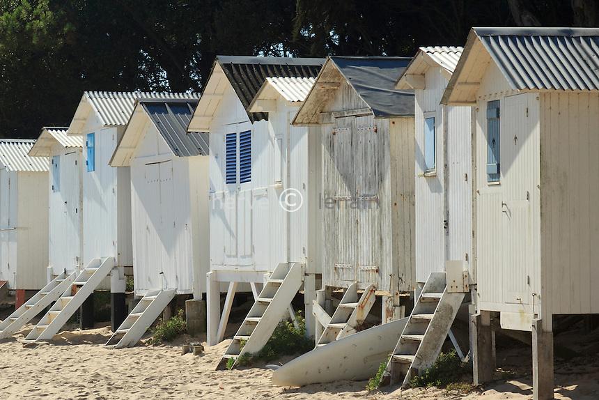 France, Vendée (85), île de Noirmoutier, Noirmoutier-en-l'Île, le bord de mer au Bois de la Chaise, la plage des Dames et ses cabines de plage // France, Vendee, Island of Noirmoutier, Noirmoutier en lIle, the sea in the Bois de la Chaise, the beach des Dames and beach cabins