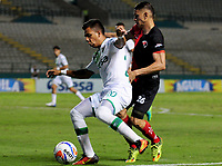 CALI - COLOMBIA, 26-07-2017: Alex Castro (Izq) del Deportivo Cali disputa el balón con Jonathan Perez (Der) de Cucuta Deportivo durante partido de vuelta por los octavos de final de la Copa Águila 2017 jugado en el estadio Palmaseca de Cali. / Alex Castro (L) player of Deportivo Cali fights for the ball with Jonathan Perez (R) player of Cucuta Deportivo during second leg match for the eighth finals of the Aguila Cup 2017 played at Palmaseca stadium in Cali. Photo: VizzorImage/ Nelson Rios / Cont