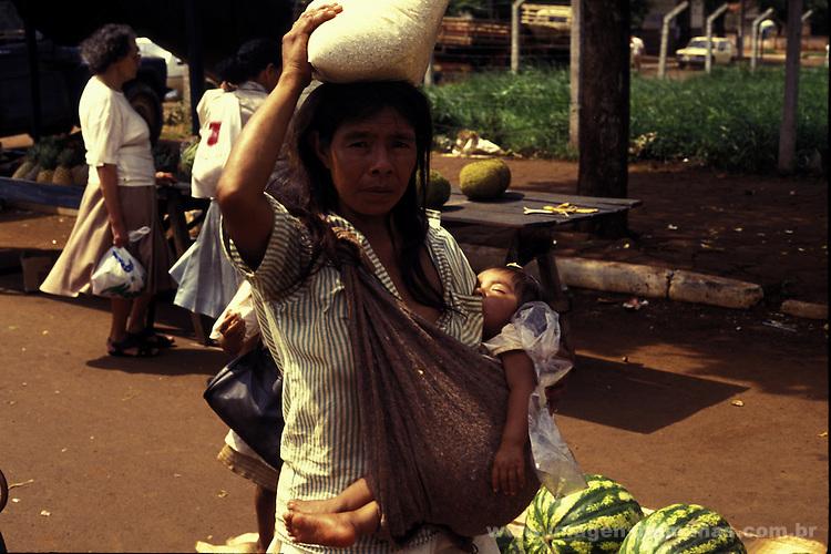 índia guarani kaiowá desaldeada vendendo produtos na feira livrve de Dourados.ms