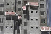 Campinas (SP), 29/07/2020 - Construção - O Índice de Confiança da Construção (ICST), medido pela Fundação Getulio Vargas (FGV), avançou em julho 6,6 pontos e alcançou 83,7 pontos, em uma escala de zero a 200. Essa é a terceira alta consecutiva do indicador, depois da forte queda registrada em abril devido à pandemia de covid-19.<br /> De acordo com a pesquisadora da FGV Ana Maria Castelo, a confiança do empresário brasileiro da construção cresceu impulsionada pela retomada das obras e por expectativas mais otimistas em relação à demanda.<br /> O Índice de Expectativas, que mede a confiança no futuro, subiu 8,5 pontos, para 91,7. O Índice de Situação Atual, que mede a percepção do empresário sobre o momento presente, aumentou 4,5 pontos, para 76.<br /> Apesar do crescimento da confiança, o indicador ainda está abaixo do nível de março (90,8 pontos). O Nível de Utilização da Capacidade subiu 1,9 ponto percentual e chegou a 69,9%. (Fonte: Agência Brasil)