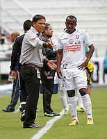 MANIZALES -COLOMBIA. 16-02-2014. Flabio Torres (Izq) director tecnico del Once Caldas da instrucciones a su jugador Gustavo Culma durante el  encuentro contra  Alianza Petrolera partido por la quinta fecha de La liga Postobon 1 disputado en el estadio Palogrande. / Flabio Torres (L) Once Caldas coach  instructs his player Gustavo Culma during the game against Alianza Petrolera  game for the fifth round of the Postobon one league match at the stadium Palogrande. . Photo: VizzorImage / Santiago Osorio / Stringer