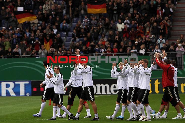 &Ouml;ffentliches Training DFB-Auswahl, 12.10.09 Hamburg<br /> <br /> <br /> Begr&uuml;ssung der DFB-Auswahl von 25.000 Zuschauern in der HSH-Nordbank Arena, Hamburg.<br /> <br /> <br /> Foto &copy; nph (nordphoto)<br /> <br /> *** Local Caption ***