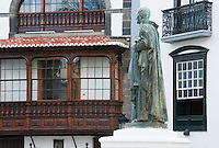 Spain, Canary Islands, La Palma, Santa Cruz de La Palma: capital - old town, Plaza de Espana with statue Manuel Hernandez Diaz, wooden balcony