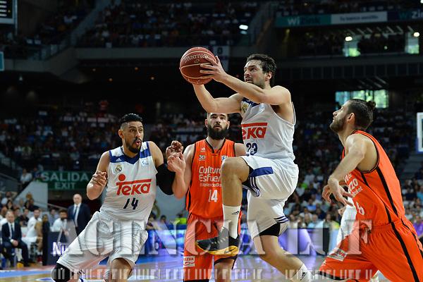 MADRID, ESPAÑA - 11 DE JUNIO DE 2017: Sergio Llull realiza una entrada a canasta durante el partido entre Real Madrid y Valencia Basket, correspondiente al segundo encuentro de playoff de la final de la Liga Endesa, disputado en el WiZink Center de Madrid. (Foto: Mateo Villalba-Agencia LOF)