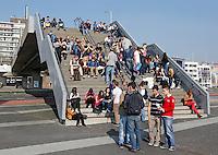 Jongeren in Rotterdam zitten op een trap