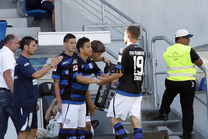 Chungly Papenburg (FSV) kommt rein gegen Markus Ziereis - 21.07.2013: FSV Frankfurt vs. Karlsruher SC, Frankfurter Volksbank Stadion