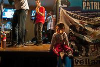 BUENOS AIRES, ARGENTINA, 03 DE MAIO DE 2012 - VOTACAO PROJETO DE LEI YPF - Manifestantes a favor da renacionalização da petrolífera YPF realizam ato em frente ao Congresso Nacional da Argentina, em Buenos, Aires, nesta quinta-feira. No local está sendo votado o projeto de lei, já aprovado pelo senado, para a expropriação da YPF da espanhola Repsol. Assim, a Yacimientos Petrolíferos Fiscales voltaria a ser estatal. (PHOTO PATRICIO MURPHY / BRAZIL PHOTO PRESS)