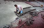 MAURIK - Stratenmakers met rood roze stenen. COPYRIGHT TON BORSBOOM