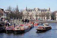 Nederland - Amsterdam - 2019. Rondvaartboten bij Centraal Station.   Foto Berlinda van Dam / Hollandse Hoogte