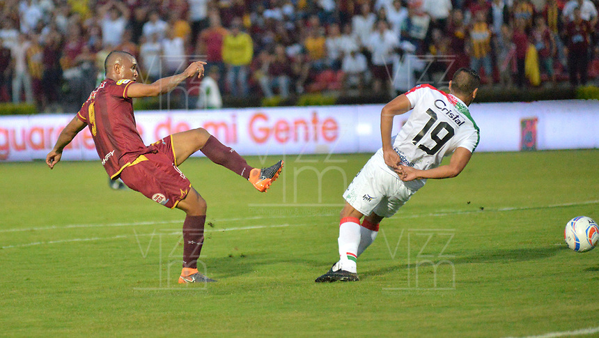 IBAGUE - COLOMBIA, 20-05-2018: Angelo Rodriguez (Izq.) jugador del Deportes Tolima  disputa el balón con David Gomez (Der.) del Once Caldas durante partido de vuelta por los cuartos de final de la Liga Águila I 2018 jugado en el estadio Manuel Murillo Toro de la ciudad de Ibagué. / Angelo Rodriguez  (L) player of Deportes Tolima fights for the ball with David Gomez (R) player of Once Caldas  during second leg match for the quarterfinals of the Aguila League I 2018 played at Manuel Murillo Toro in Ibague city. VizzorImage / Juan Carlos Escobar / Cont