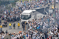 SÃO PAULO, SP, 13 DE MAIO DE 2012 - FINAL DO CAMPEONATO PAULISTA - SANTOS x GUARANI: Onibus do Santos chega ao Estádio do Morumbi antes da partida Santos x Guarani, segunda partida da final do Campeonato Paulista no Estádio do Morumbi. FOTO: LEVI BIANCO - BRAZIL PHOTO PRESS