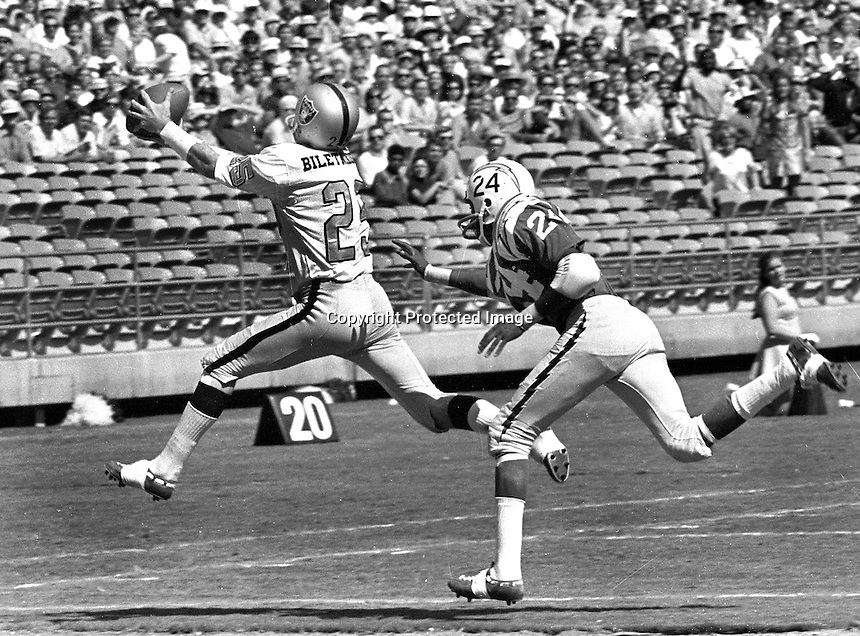Raiders Fred Biletnikoff grabs pass in front of #24 <br />of the San Diego Chargers..(photo/Ron Riesterer)