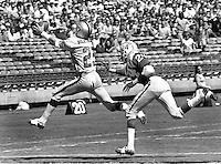 Raiders Fred Biletnikoff grabs pass in front of #24 <br />