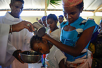 MADAGASCAR Mananjary, Vohilava, village Tanambao North, tribe Tanala, baptism in church / MADAGASKAR Mananjary, Vohilava, Mission Walk, Dorf Tanambao Nord wo Menschen der Volksgruppe der Tanala leben, Sonntagsmesse in Kirche, Taufe