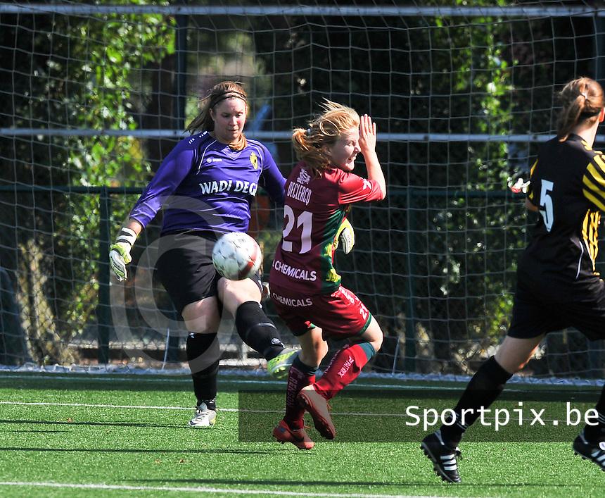 WD Lierse SK : Dorien Peeters werkt de bal weg voor Julie Devos van Zulte Waregem.foto DAVID CATRY  / Vrouwenteam.be.