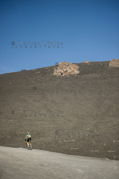 ESCURSIONE SULL'ETNA NELLA FOTO TURISTI SUL SENTIERO GEOGRAFICO CATANIA 13/08/2014 FOTO MATTEO BIATTA<br /> <br /> EXURSION ON ETNA IN THE PICTURE TOURISTS ON THE PATH GEOGRAPHIC CATANIA 13/08/2014 PHOTO BY MATTEO BIATTA
