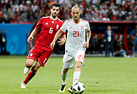 KAZAN - RUSIA, 20-06-2018: Saeid EZATOLAHI (Izq) jugador de RI de Irán disputa el balón con David SILVA (Der) jugador de España durante partido de la primera fase, Grupo B, por la Copa Mundial de la FIFA Rusia 2018 jugado en el estadio Kazan Arena en Kazán, Rusia. /  Saeid EZATOLAHI (L) player of IR Iran fights the ball with David SILVA (R) player of Spain during match of the first phase, Group B, for the FIFA World Cup Russia 2018 played at Kazan Arena stadium in Kazan, Russia. Photo: VizzorImage / Julian Medina / Cont