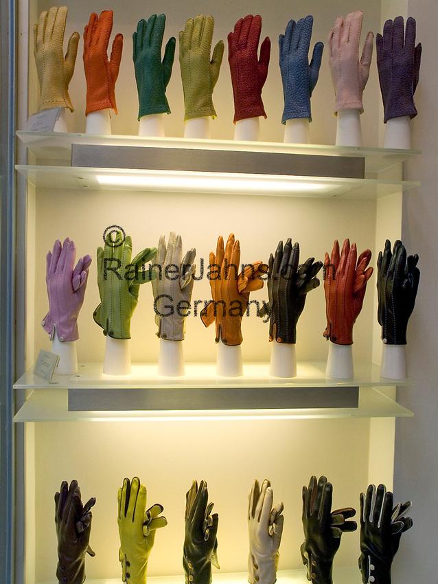 Italien, Lombardei, Mailand: Shopping in der Galleria Vittorio Emanuele - Schaufenster mit Handschuhen | Italy, Milan: Window-Shopping at Vittorio Emanuele Arcade - gloves