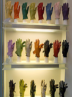 Italien, Lombardei, Mailand: Shopping in der Galleria Vittorio Emanuele - Schaufenster mit Handschuhen | Italy, Milan: Window-Shopping at Vittorio Emanuele Arcade - gloves