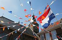 Koningsdag in Marken. Vlaggen bij het kerkplein