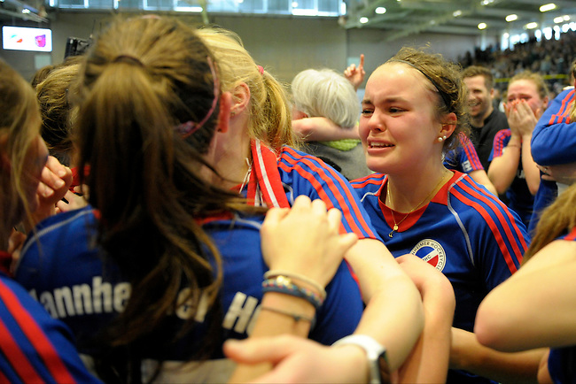 GER - Luebeck, Germany, February 07: Players of Mannheimer HC celebrate after winning the shootout during the 1. Bundesliga Damen indoor hockey final match at the Final 4 between Mannheimer HC (blue) and Duesseldorfer HC (white) on February 7, 2016 at Hansehalle Luebeck in Luebeck, Germany. Final score 6-4 after shootout. (Photo by Dirk Markgraf / www.265-images.com) *** Local caption *** Kira Schanzenbecher #15 of Mannheimer HC