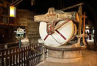 Zaanstad-Zaanse Schans. Molen de Kat is een verfmolen. In de molen worden o.a. pigmentpoeders gemaakt. Onder deze stenen wordt krijt fijngemalen.