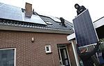 Foto: VidiPhoto<br /> <br /> VALBURG &ndash; Medewerkers Mijn Energie Management uit Kesteren monteren zaterdag 33 hoogwaardige zonnepanelen op het dak van een vrijstaande woning in Valburg (gemeente Overbetuwe). Het aantal van 33 panelen is erg hoog voor een particuliere woning. De eigenaar wil niet alleen electriciteit aan het net leveren, maar op termijn de energie ook zelf opslaan, zodat hij onafhankelijk is van energieleveranciers en de overheid. Die laatste heeft namelijk een forse stijging van de energiebelasting aangekondigd. Mede om die reden zijn zonnepanelen op dit moment nauwelijks aan te slepen, aldus de installateur uit Kesteren die het werk nauwelijks aan kan. De enorme run op panelen heeft ook te maken met het verdwijnen van gas op termijn. In de gemeente Overbetuwe worden vanaf volgend jaar geen nieuwbouwwoningen meer aangesloten op gas. Bovendien houden particulieren zich via eigen co&ouml;peraties steeds vaker bezig met de opwekking en handel in duurzame stroom nu spaargeld niets meer oplevert. Dit jaar steeg het aantal energieco&ouml;peraties in Nederland met zestig tot 392, meldt kennisplatform HIER Opgewekt. Ook het aantal collectieve zon- en windprojecten neemt een vlucht. Circa 60 procent van de co&ouml;peraties verkoopt groene energie. Tot nu toe werden dit jaar 274 eigen windturbines of zonnedaken en -weides gerealiseerd. Deze projecten leveren genoeg stroom op voor 85.000 huishoudens. De verwachting is, dat het aantal zonprojecten in 2018/19 verdubbelt.