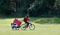 Nederland  Amsterdam 2017. Tijdelijke camping in de Bijlmer. Buurtcamping Egeldonk. Man vervoert matras. Foto mag niet in negatieve context gebruikt worden.   Berlinda van Dam / Hollandse Hoogte