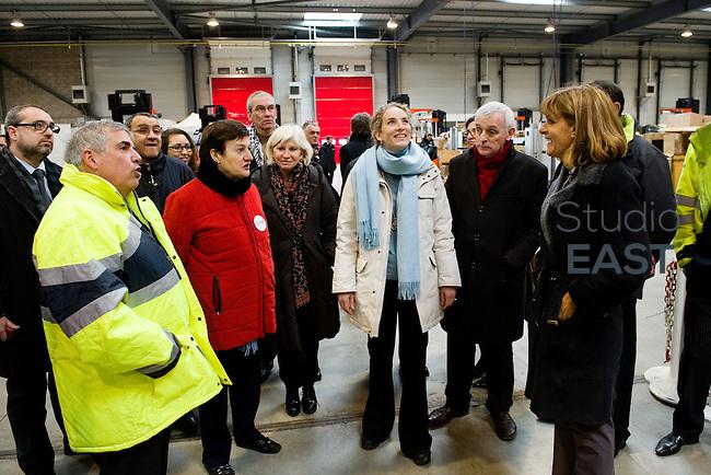 Mme Delphine Batho (centre), Laurence Tubiana (3ème à partir de la gauche), Michèle Bellon (2ème à partir de la gauche), Jean Jouzel (2ème à partir de la droite), et Anne Lauvergeon (droite) pendant la visite de la plateforme Serval d'ERDF, à Gennevilliers, près de Paris, France, le 30 mars 2013. Photo : Lucas Schifres