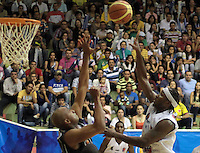 BUCARAMANGA -COLOMBIA, 01-06-2013. Jason Edwin  (D) de Búcaros disputa el balón con Fuentes G (I) de Piratas durante el juego 5 de los PlayOffs de la  Liga DirecTV de baloncesto Profesional de Colombia realizado en el Coliseo Vicente Díaz Romero de Bucaramanga./  Jason Edwin (R) of Bucaros fights for the ball with Piratas player Fuentes G (L) and Edgar Arteaga during the PlayOffs game 5 of  DirecTV professional basketball League in Colombia at Vicente Diaz Romero coliseum in Bucaramanga. Photo:VizzorImage / Jaime Moreno / STR