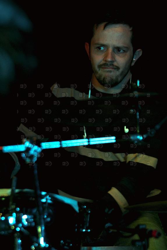 CIUDAD DE M&Eacute;XICO, DF. Julio 12, 2013  &ndash;  Rodrigo Barbosa baterista del grupo de Jazz, Los Dorados toca junto a Alejandro Otaola en el Bar Caradura de la Ciudad de M&eacute;xico.  FOTO: ALEJANDRO MEL&Eacute;NDEZ<br /> <br /> MEXICO CITY, DF. July 12, 2013 - Rodrigo Barbosa Jazz drummer, Los Dorados touch with Alejandro Caradura Otaola at Bar Mexico City. PHOTO: ALEJANDRO MELENDEZ